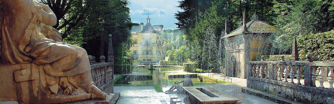 Die Wasserspiele in Hellbrunn. Der Fürstentisch und im Hintergrund das Lustschloss.